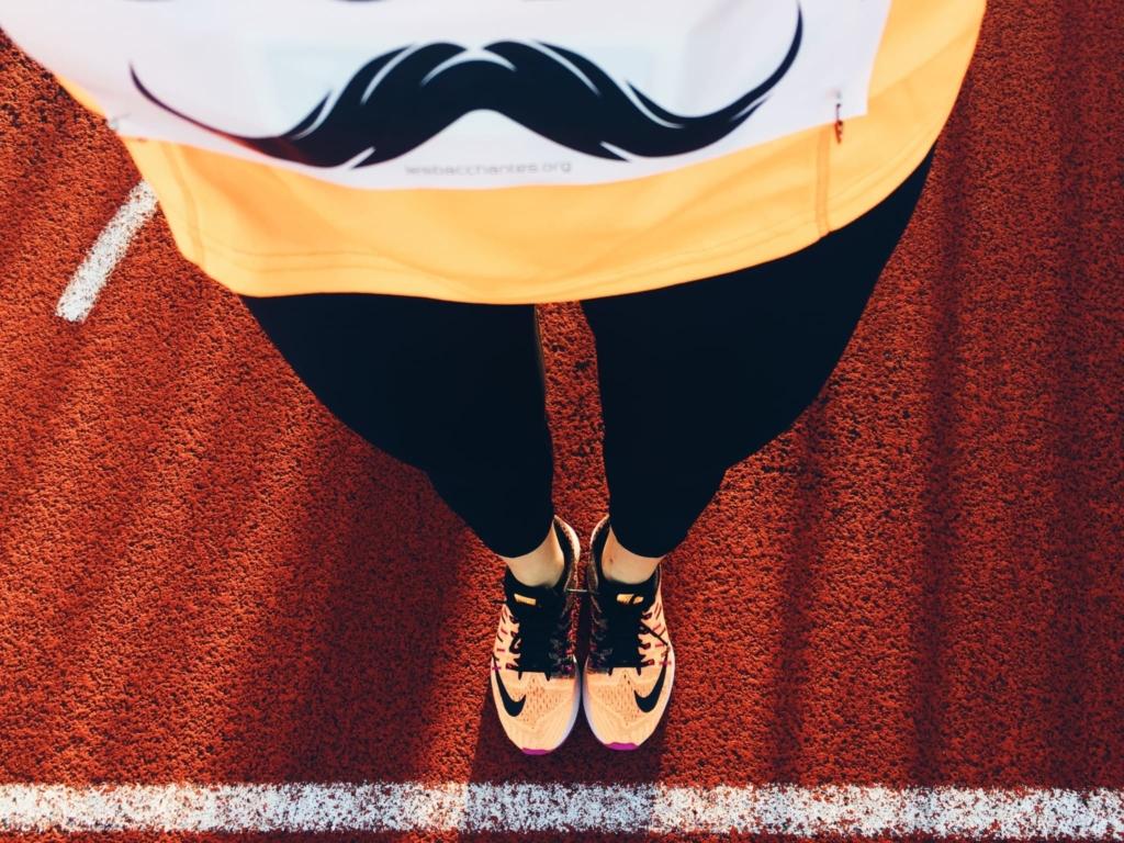 En piste, moustachus.