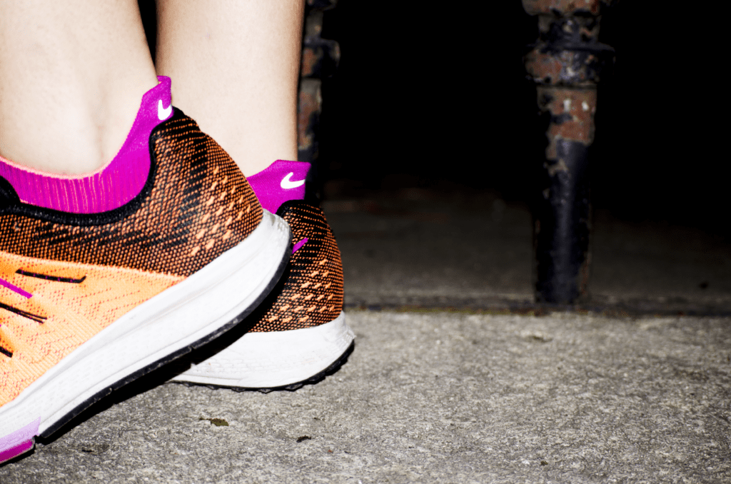 Une joggeuse mode sachant assortir ses chaussettes à ses chaussures.